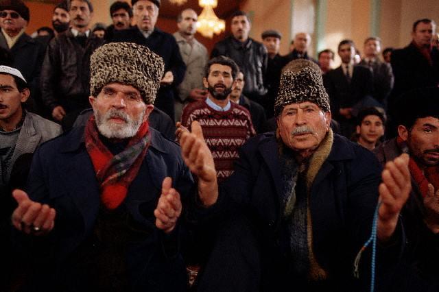 Varones orando en Azerbaiyan