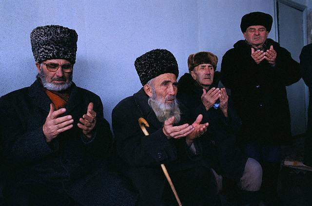 Ancianos chechenos rezando