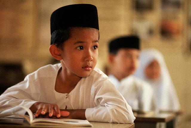 Niño indonesio estudiando
