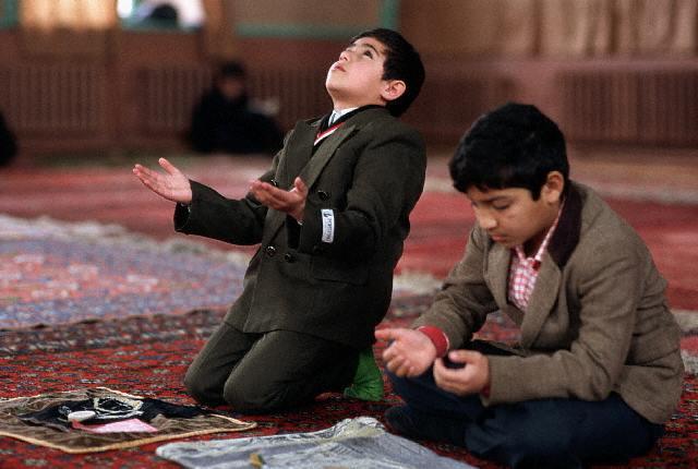 Niños orando en Azerbayán