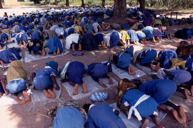 Rezando en Gambia